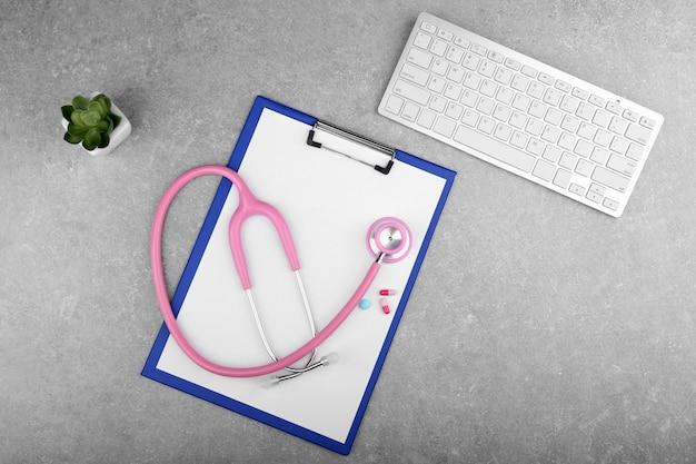 Stetoscopio con appunti e tastiera sul tavolo
