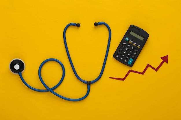 Stetoscopio con freccia di crescita, calcolatrice su giallo