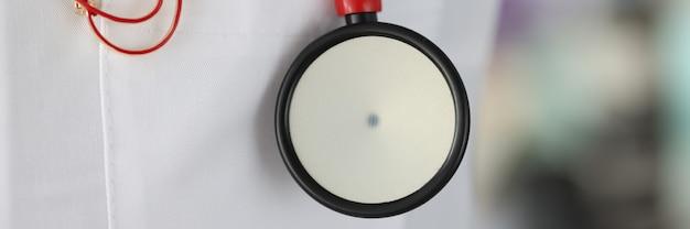 Stetoscopio con icona su camice bianco da dottore