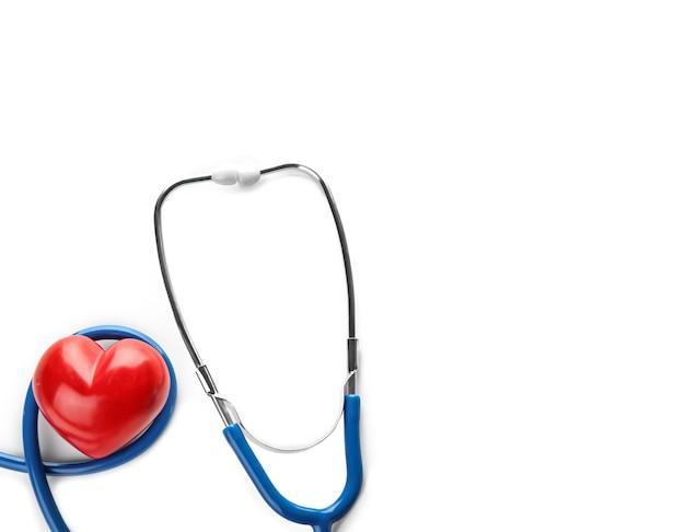 Stetoscopio con piccolo cuore su bianco