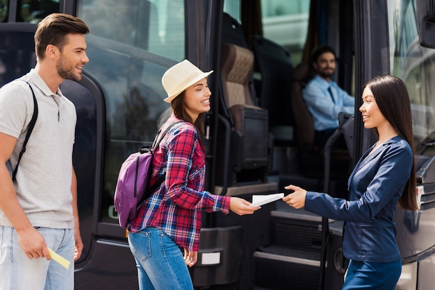 La donna hostess controlla i biglietti passeggeri.