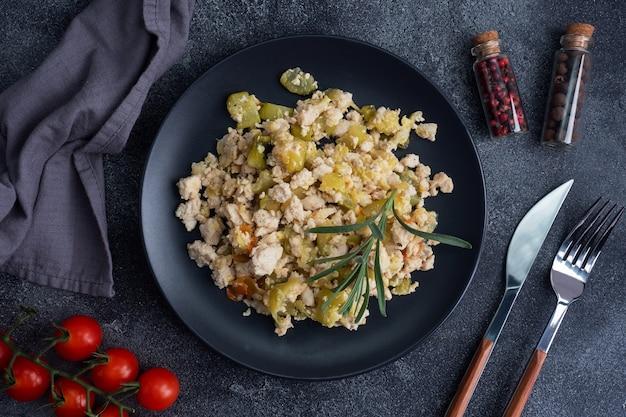 Pollo stufato di carne macinata con verdure zucchine pepe spezie.