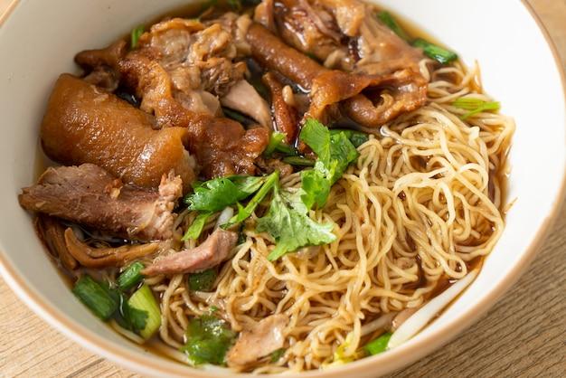 Tagliatelle di coscia di maiale in umido in zuppa marrone - stile di cibo asiatico
