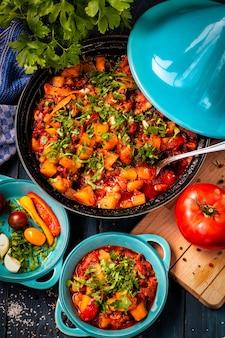 Verdure in umido sul tavolo. verdure tritate. produrre