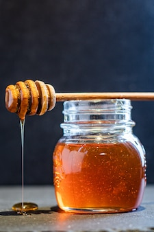 Attaccare con il miele sul barattolo di miele