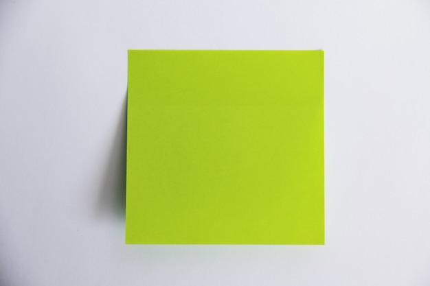 Adesivi di diversi colori isolati su bianco