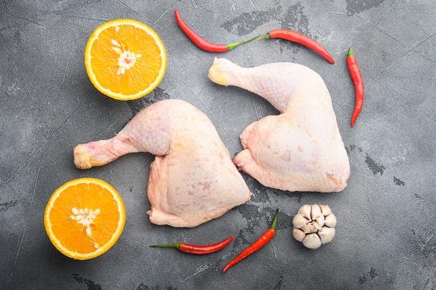 Set di ingredienti di pollo hoisin appiccicoso, con arancia e peperoncino, sul tavolo grigio, vista dall'alto laici piatta