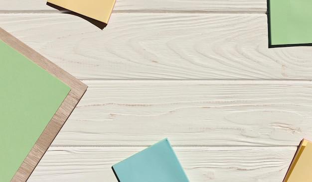 Cornice circolare di foglietti adesivi