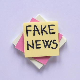 Note adesive con messaggio di notizie false