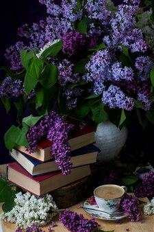 Libri di still life, caffè e lillà