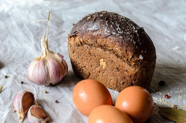 Natura morta di pane, uova, aglio e spezie