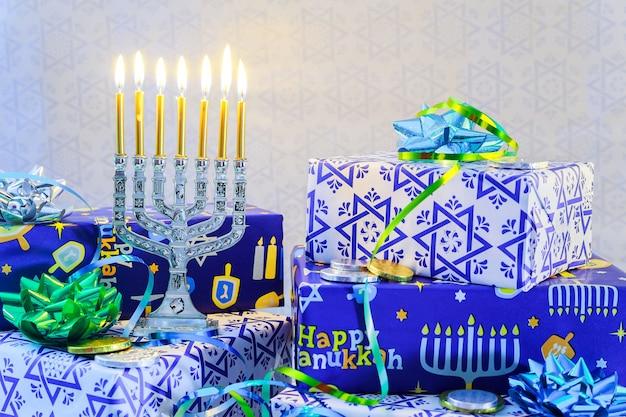 Una natura morta composta da elementi del festival ebraico chanukah hanukkah. festa ebraica hanukkah