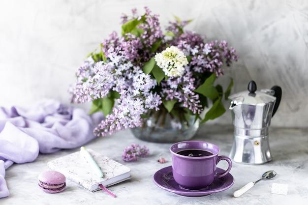 Still life tazza di caffè, fiori lilla
