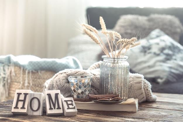 Dettagli di natura morta dell'interno domestico su una tavola di legno