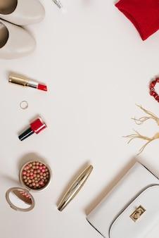 Natura morta di una fashionista. sfondo cosmetico femminile. lay piatto per il giorno di san valentino. blogger di cosmetici e abbigliamento per la festa di primavera. copiare uno spazio