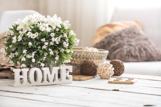 Natura morta nel soggiorno con iscrizione in legno a casa