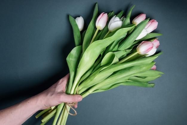 Natura morta primavera delicati tulipani bianchi e rosa