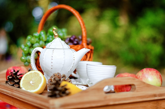 Still life set da tè su un vassoio