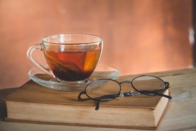 Tempo del tè di natura morta con il libro