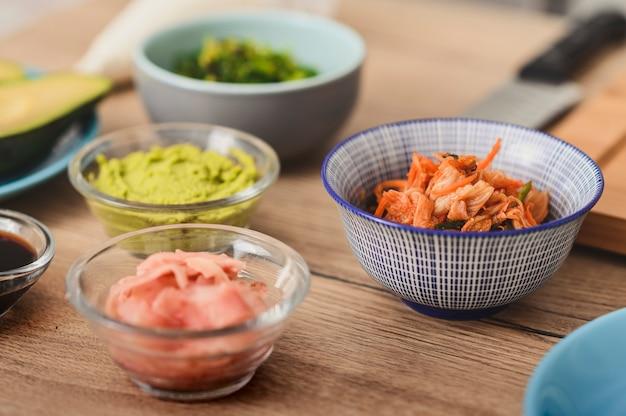 Natura morta vari ingredienti freschi su un tagliere per sushi