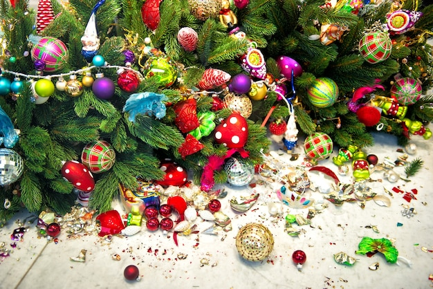 Natura morta con albero di natale e palline decorative rotte. sfondo di vacanze