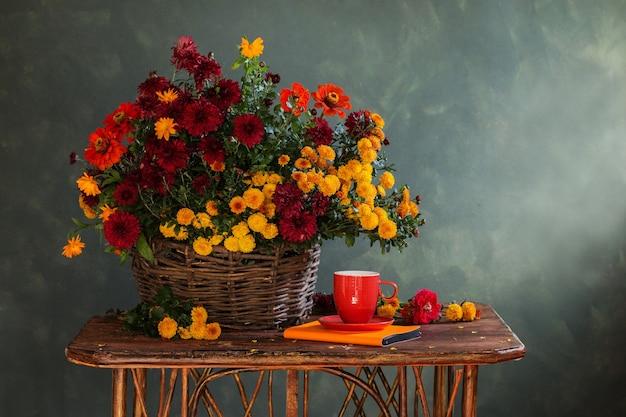 Natura morta con crisantemi in cestino sulla mensola in legno