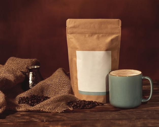 Natura morta con cuore, muffin e caffè