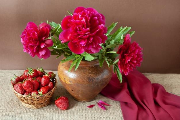 Natura morta con mazzo di fiori di peonia e fragole