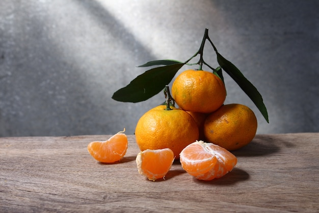 Natura morta con mandarini sulla tavola di legno con spazio grunge