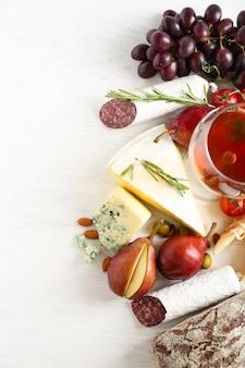 Natura morta con vari tipi di cibo e vino italiano