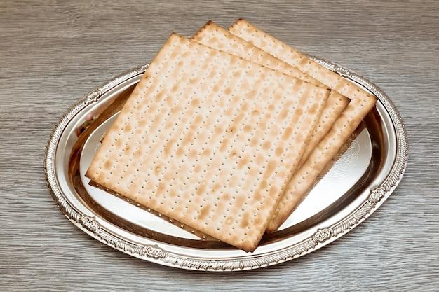 Natura morta con vino e pane azzimo pasquale ebraico