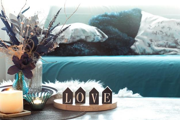 Natura morta con iscrizione in legno a casa, in salotto.