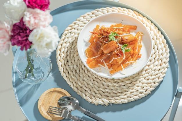Noodle in fogli di fagioli saltati in padella con salsa di salsiccia