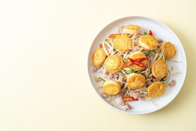 Germogli di fagioli saltati in padella, tofu all'uovo e carne di maiale tritata - stile di cibo asiatico