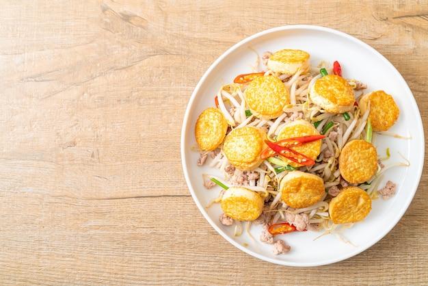 Germogli di soia saltati in padella, tofu all'uovo e carne di maiale macinata - stile asiatico