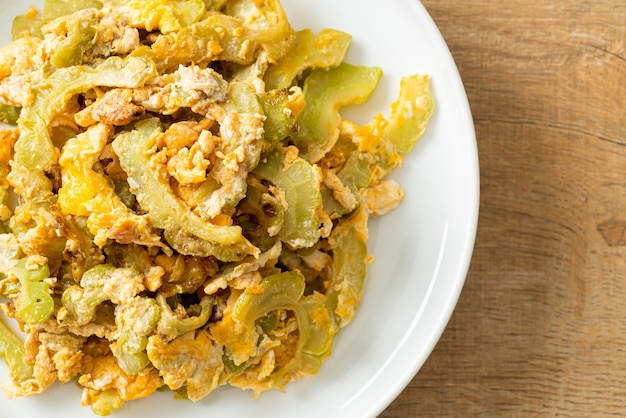 Zucca amara saltata in padella con uovo sul piatto