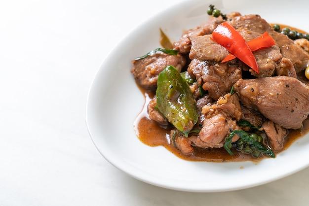 Pepe nero saltato in padella con anatra. stile di cibo asiatico