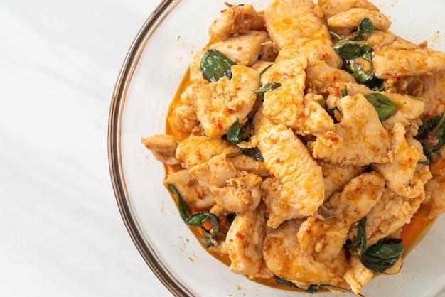 Pollo saltato in padella con pasta di peperoncino o pasta di peperoncino - stile di cibo asiatico