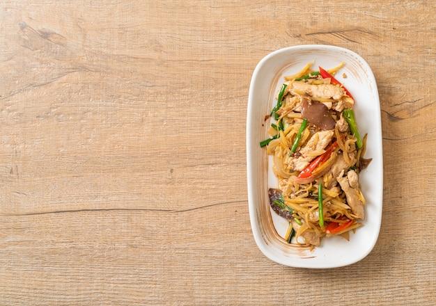 Pollo saltato in padella con zenzero - stile di cibo asiatico