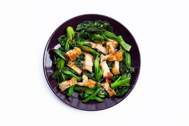Cavolo cinese fritto in padella con pancetta di maiale croccante