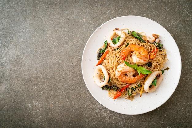 Noodle cinesi saltati in padella con basilico, peperoncino, gamberi e calamari - stile asiatico