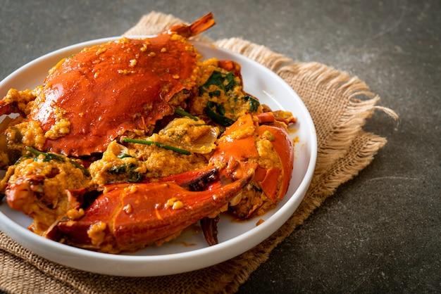 Granchio fritto in padella con curry in polvere. stile di pesce