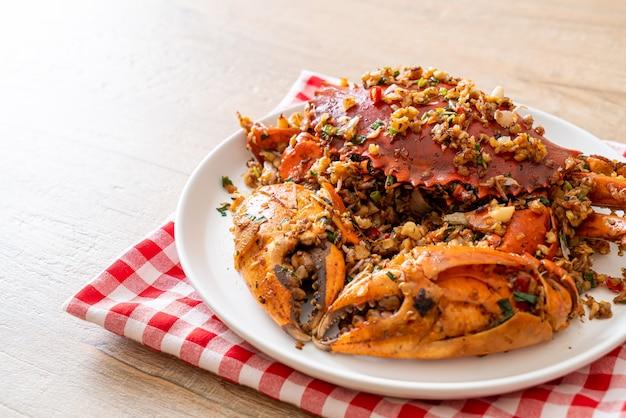 Granchio saltato in padella con sale e pepe piccanti - stile di mare