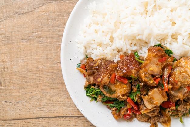 Pancetta di maiale croccante saltata in padella e basilico con riso - stile di cibo di strada locale asiatico