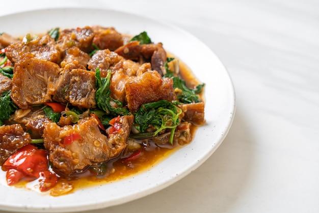 Pancetta di maiale croccante saltata in padella e basilico