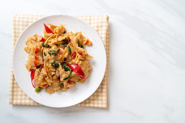Polpette di pesce saltate in padella con peperoncino - stile di cucina asiatica
