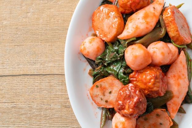 Polpette di pesce saltate in padella con salsa yentafo - cucina asiatica