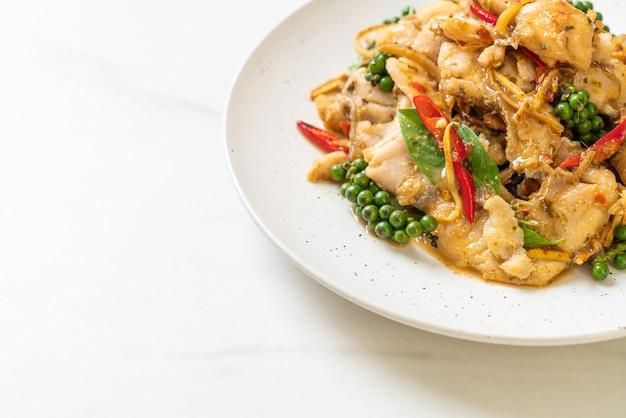 Mescolare il basilico santo fritto con pesce ed erbe aromatiche