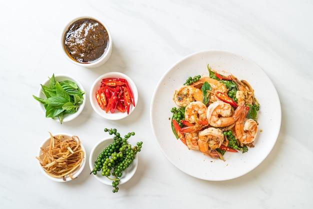 Mescolare basilico santo fritto con gamberetti ed erbe - stile di cibo asiatico