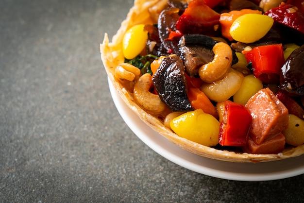 Frutti e noci cinesi misti saltati in padella - stile di cibo asiatico
